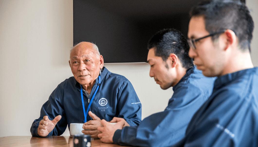 農口尚彦研究所、若手蔵元と杜氏が鼎談している写真
