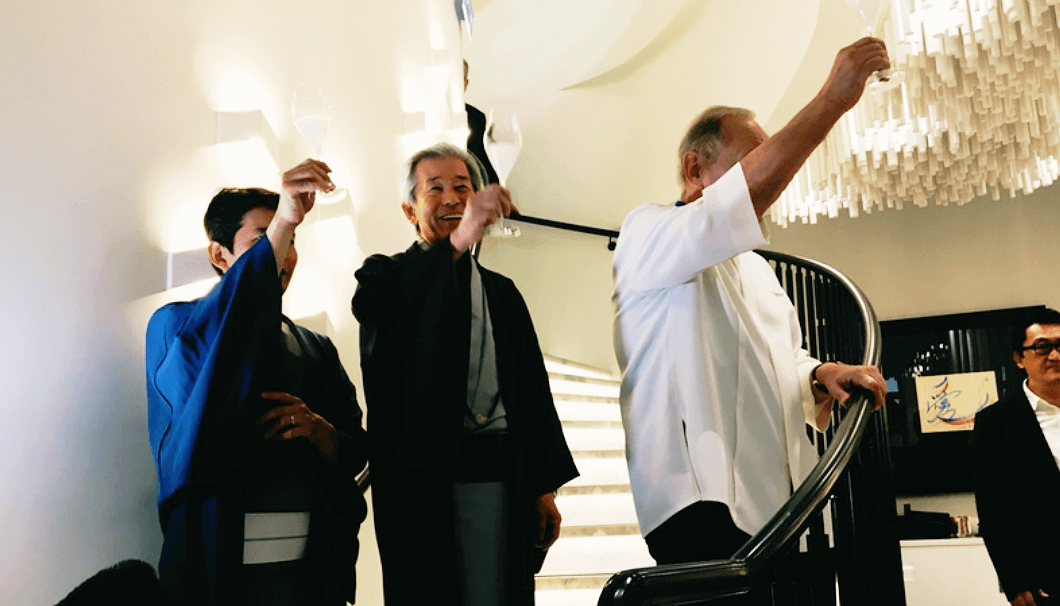 乾杯をする旭酒造の桜井一宏社長、桜井博志会長、ジョエル・ロブション氏