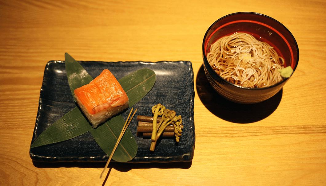 食事は「信州サーモンの押し寿司と信州蕎麦」
