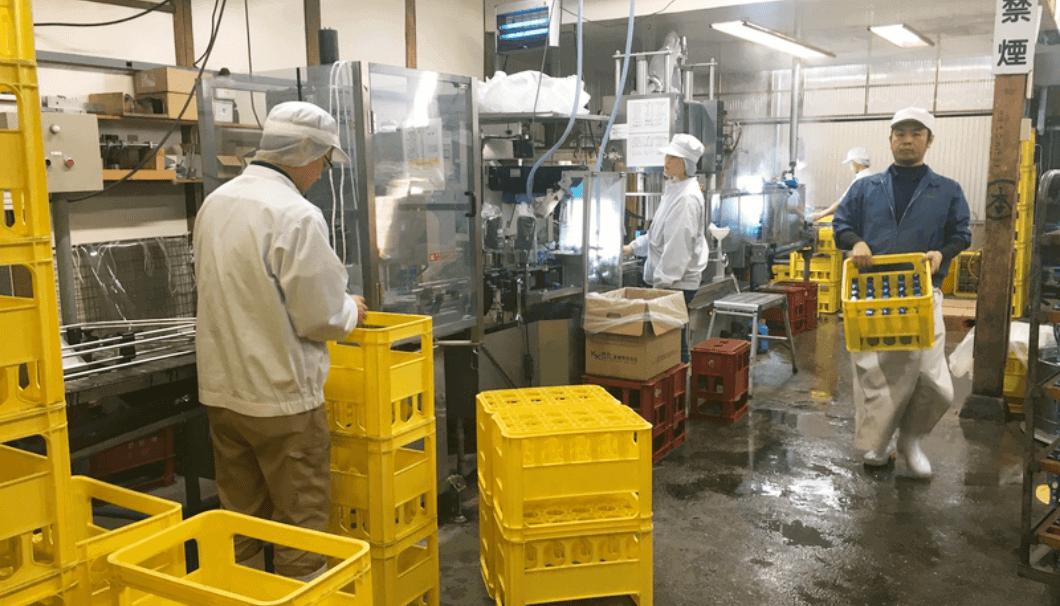 作業をしている岩村醸造の蔵人