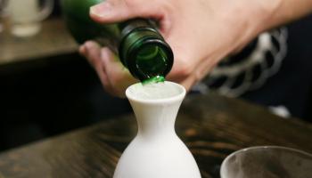 とっくりに日本酒を注ぎ入れている写真