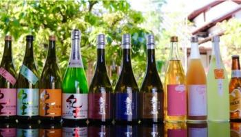 平和酒造株式会社(和歌山県海南市)の紀土・無量山などのボトルが並んでいる写真