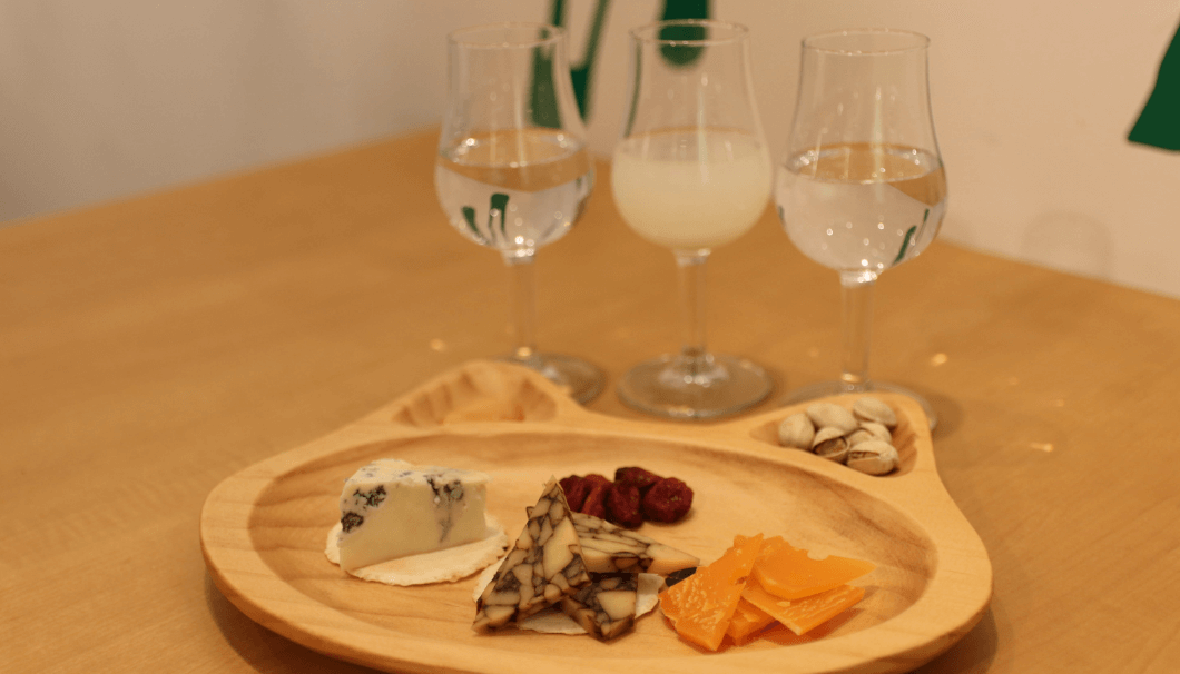 「日本酒とチーズ Tama-awa(タマアワ)」(東京・代々木)が開催するイベント「日本酒とチーズを楽しむ会、ハードチーズ編」のイメージ画像。チーズ3種類と、グラスに入った日本酒の写真。