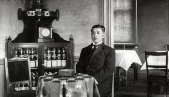 月桂冠_3-5_11代目大倉恒吉(北蔵研究所にて、1912年、38歳)/月桂冠より画像提供