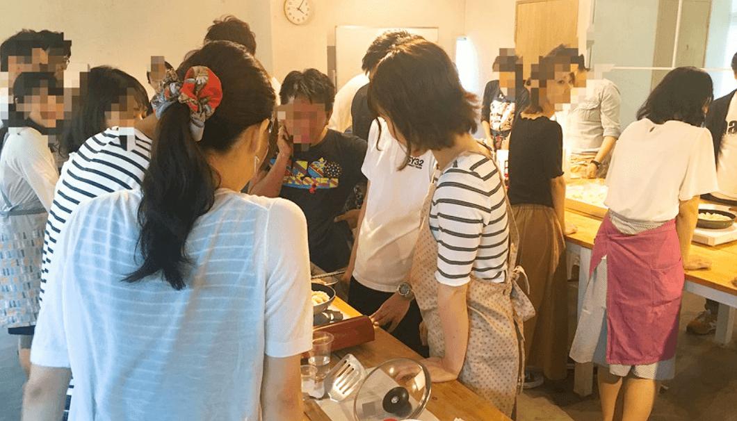 「餃子を作って日本酒を飲もう!!の会」の調理風景
