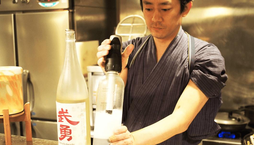日本酒に炭酸ガスを加えて「酒パークリング(しゅぱーくりんぐ)」をつくる橋野さん
