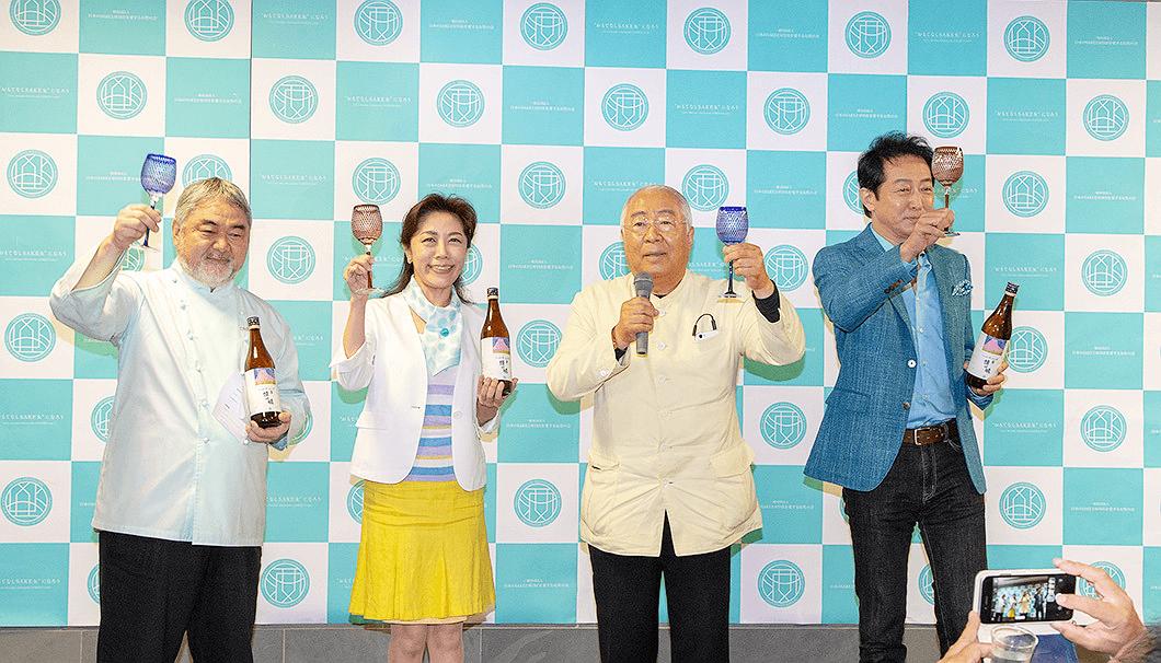 左から順に、乾杯の音頭をとる三國清三シェフ、代表理事の友田晶子さん、服部幸應さん、辰巳琢郎さん