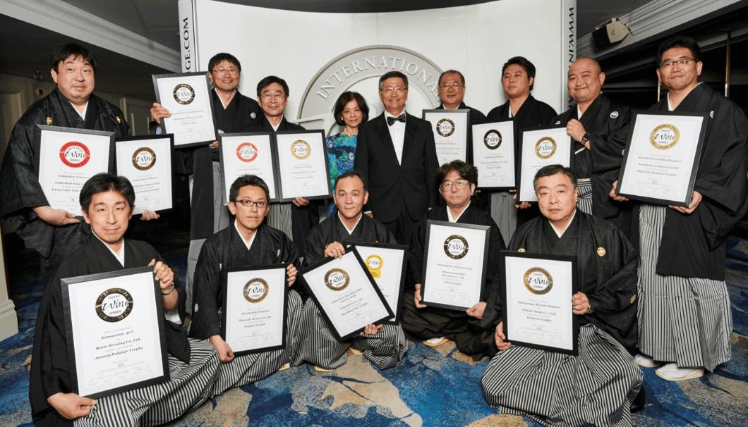 IWC2018 受賞者が表彰状を持って並んでいる写真