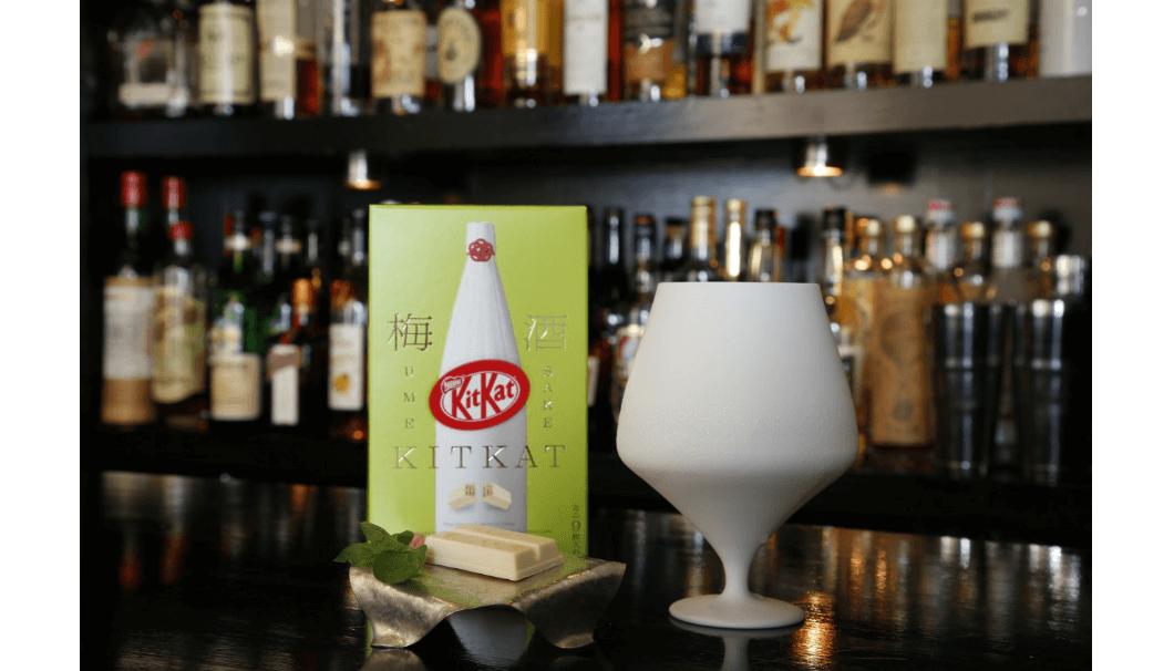 ネスレ日本株式会社「キットカット 梅酒 鶴梅」と陶器のグラスの写真