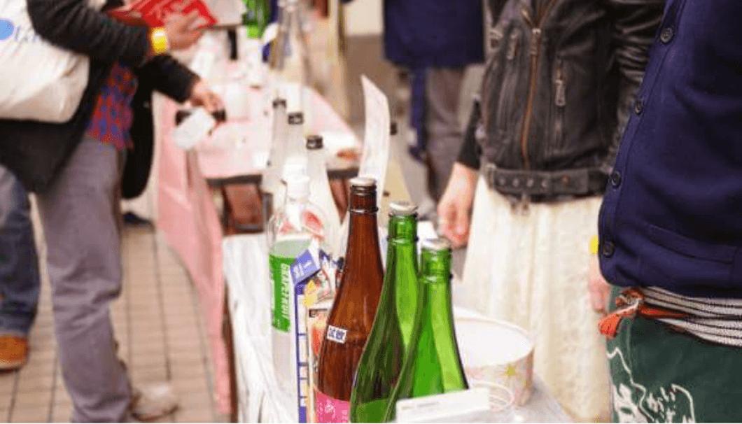 長机に日本酒がたくさん並んでいる写真