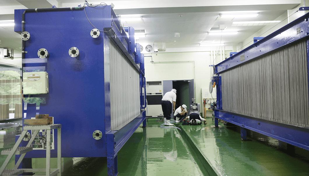 一ノ蔵酒造に並ぶ四台のヤブタ(搾り機) の写真