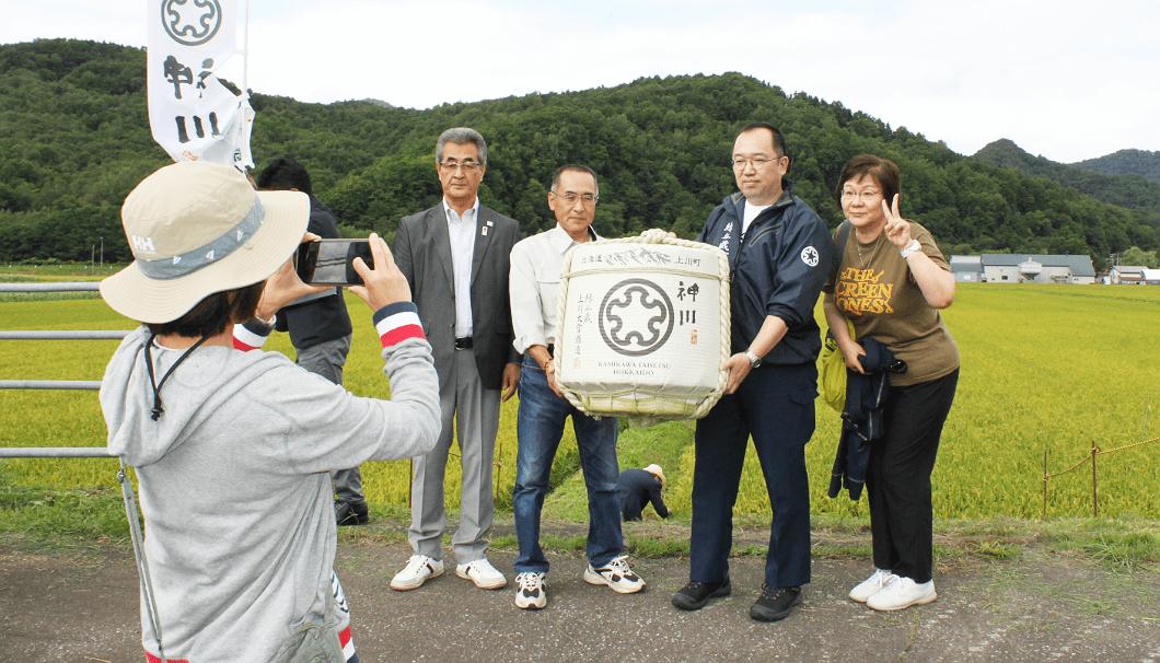 佐藤町長、川端杜氏、酒米生産者の柴田さんとツアー参加者の記念撮影