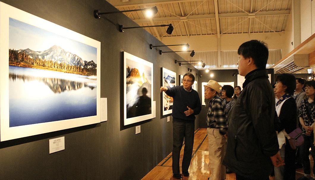 層雲峡・大雪山写真ミュージアムで説明する館長で山岳写真家の市根井孝悦さん