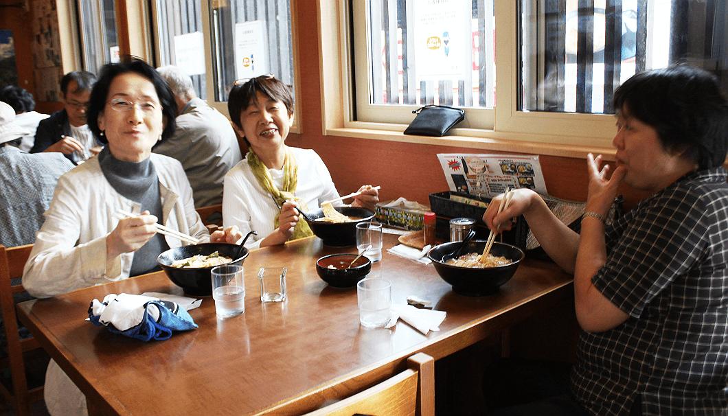 上川町「あさひ食堂」で酒粕ラーメンを堪能するツアー参加者