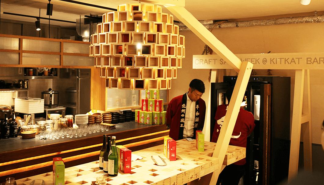 「CRAFT SAKE WEEK@KITKAT BAR」の枡を使って作られた照明とテーブル