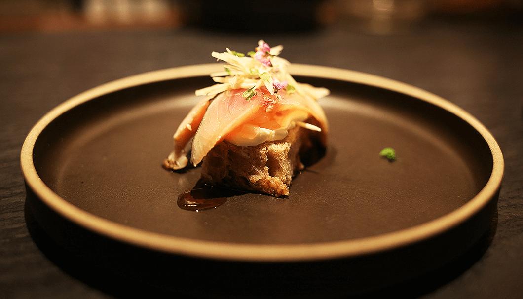 「〆鯖と豆腐サワークリームの小さなタルティーヌ」