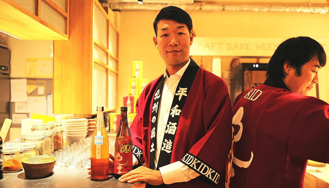 日本酒をサーブする平和酒造当主の山本典正さん