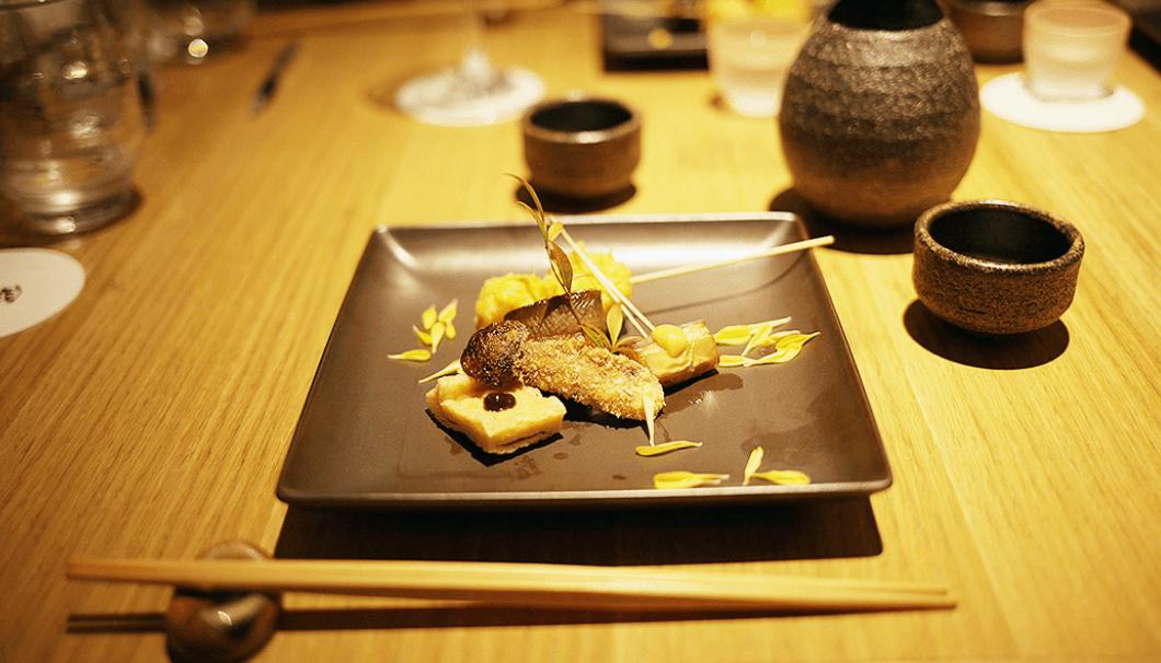 「虹鱒の燻製 もろこし真丈 松茸のフライ マー坊茄子」