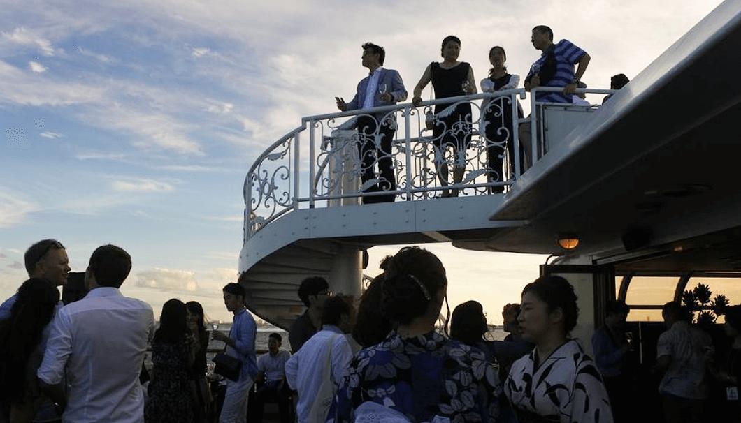 「TOKYO SAKE CRUISE」のデッキで楽しむ参加者たち