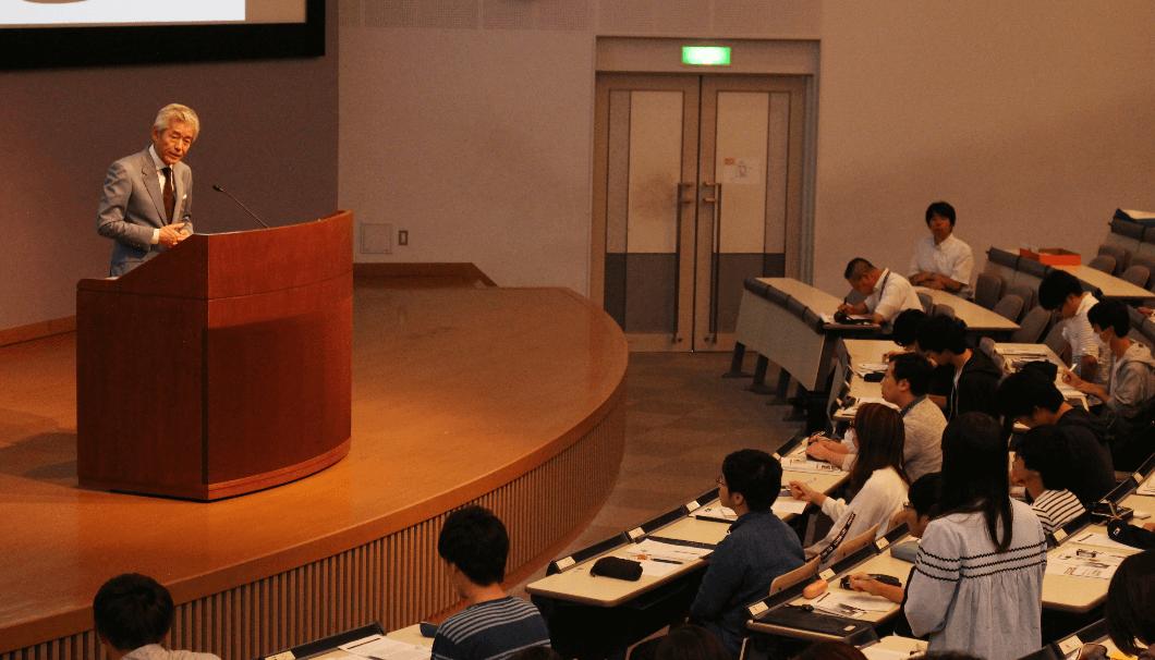 質問された生徒と話をする獺祭桜井会長の講演風景
