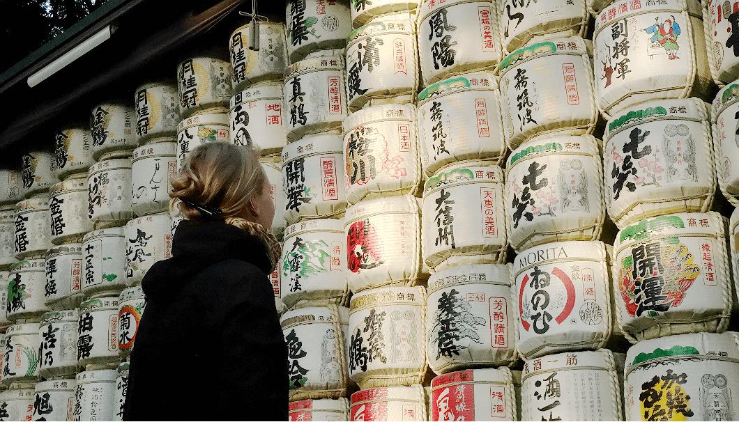 日本酒の酒樽を畏敬の念をもって眺める外国人