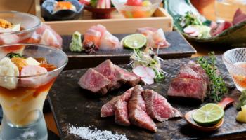 『肉割烹 かぐら』の肉料理各種がテーブルに並んでいる写真