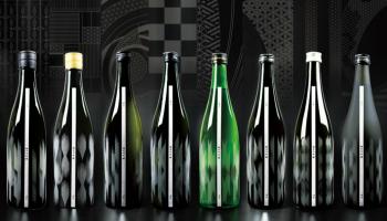 日本伝統文様 x 世界Topデザイナーのグラフィックパターンがあしらわれたボトルが並んだ写真