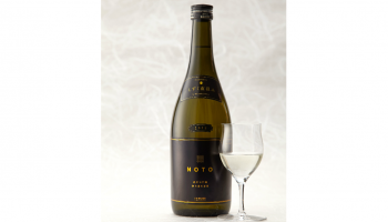 日本酒 「NOTO 純米大吟醸 しずく直汲み 2018」ボトルとグラスの写真