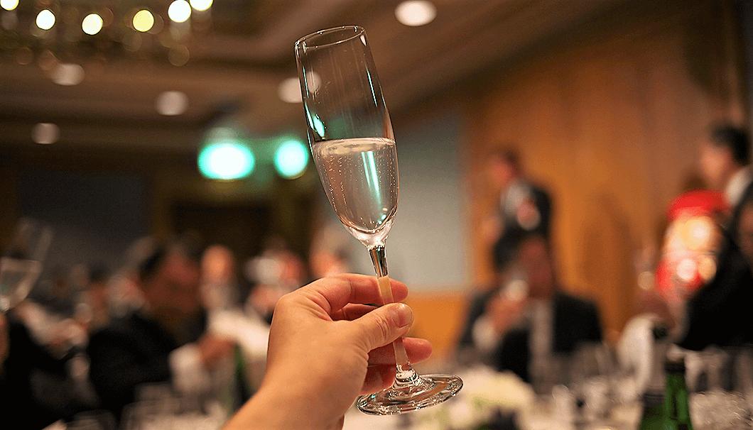 水芭蕉を醸す永井酒造の新商品「MIZUBASHO 雪ほたか Awa Sake」の発売記念イベントでの乾杯の様子を写した写真