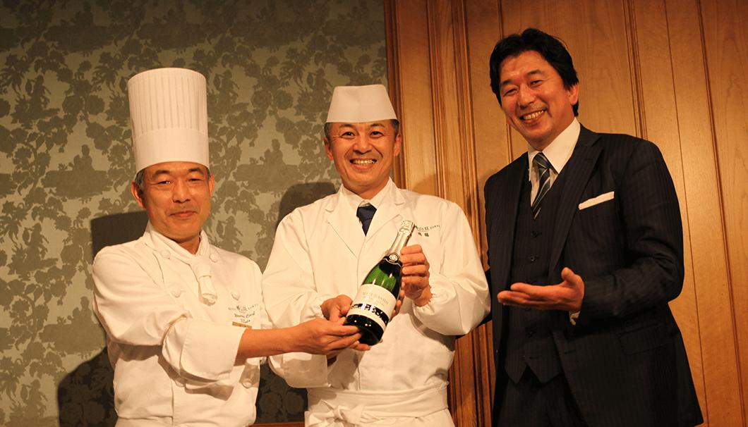水芭蕉を醸す永井酒造の新商品「MIZUBASHO 雪ほたか Awa Sake」の発売記念イベントで提供された料理を作るシェフ二人の写真