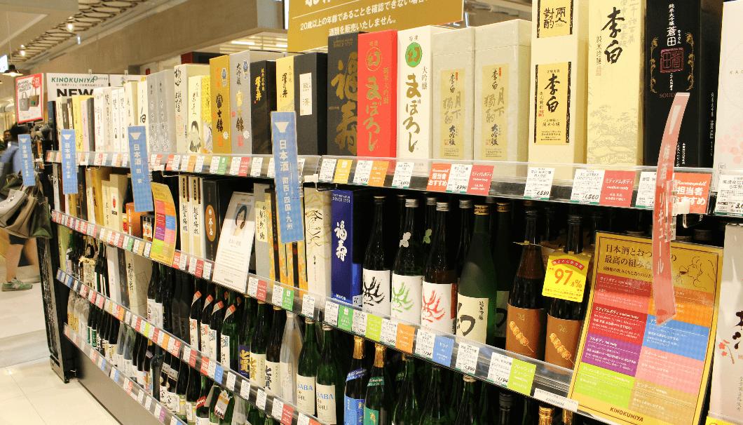 紀ノ国屋アントレ日本橋高島屋S.C店の日本酒が並んでいる棚の写真