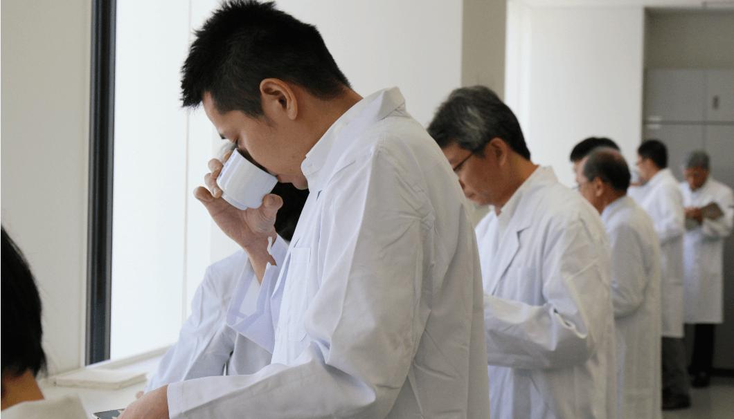 東京国税局酒類鑑評会の審査員の写真