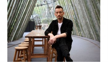 中田英寿が「CRAFT SAKE WEEK at ROPPONGI HILLS 2018」の会場でイスに座っている写真