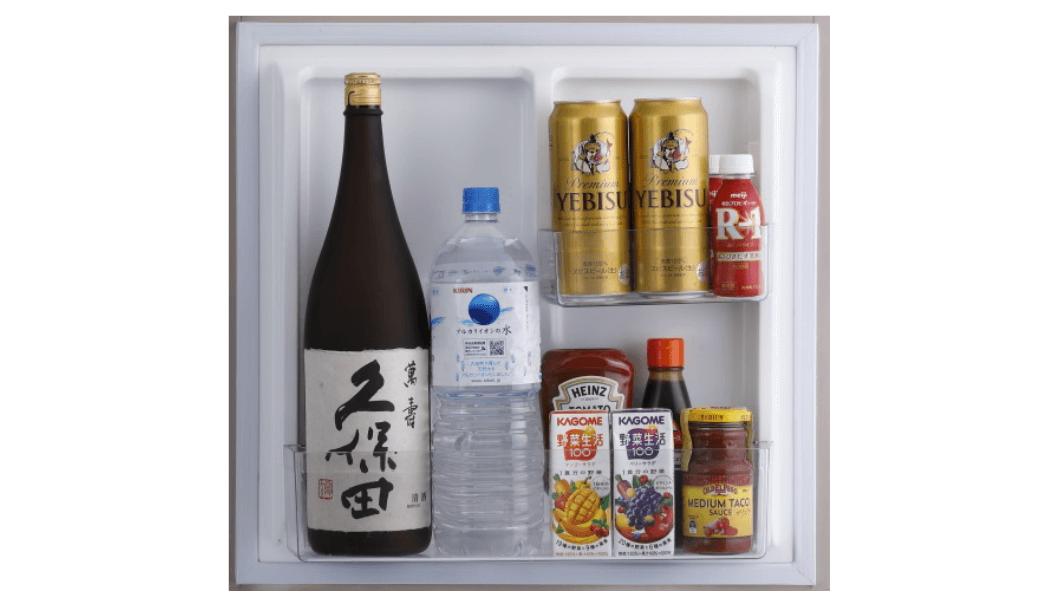 「3ドア冷凍冷蔵庫」のドアポケットに日本酒1升瓶やビール500mlが入っている写真