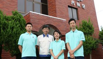 月桂冠総合研究所の秦所長と3人の若手社員