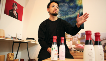 沢の鶴の純米酒SHUSHUのデザインを手がけた、デザインスタジオ「合同会社シーラカンス食堂」代表&デザイナーの小林新也さん