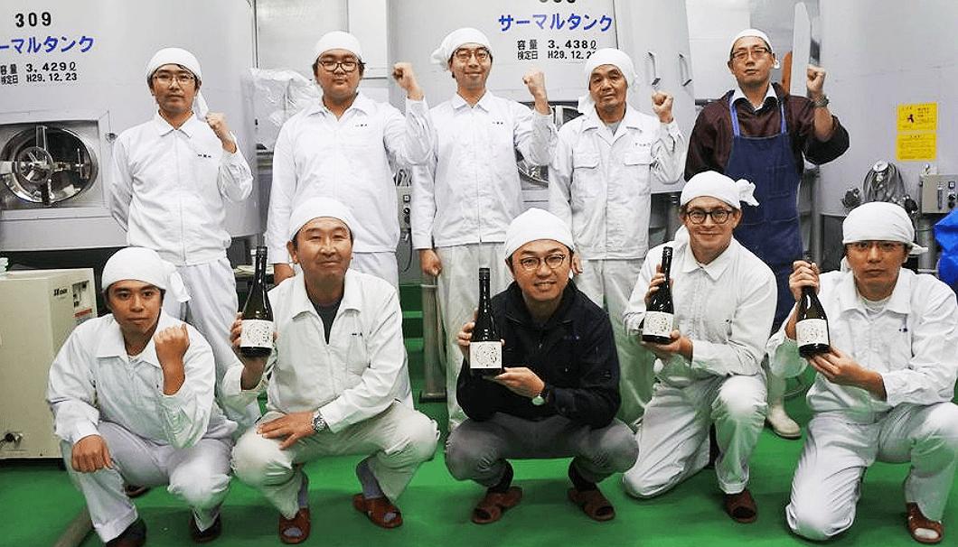 小嶋総本店の小嶋社長(左から3人目)と蔵人のみなさん