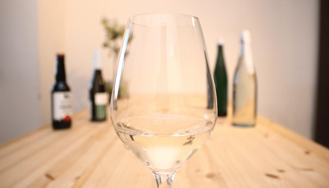 ワイングラスに入った日本酒