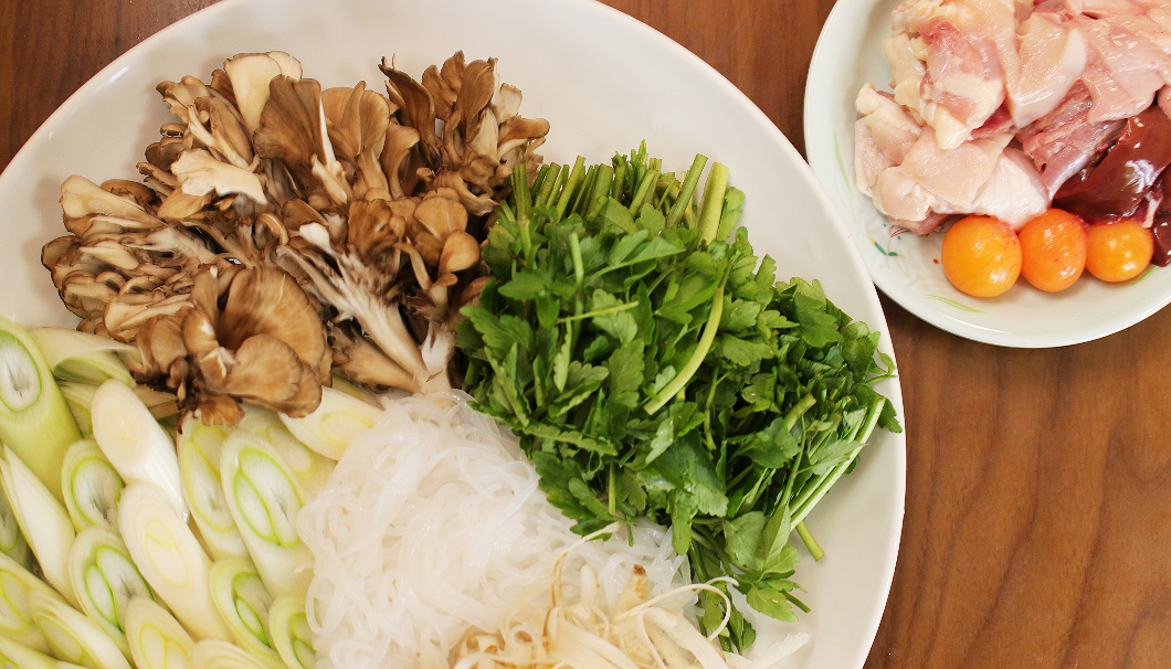 「きりたんぽ鍋」の材料の比内鶏と野菜