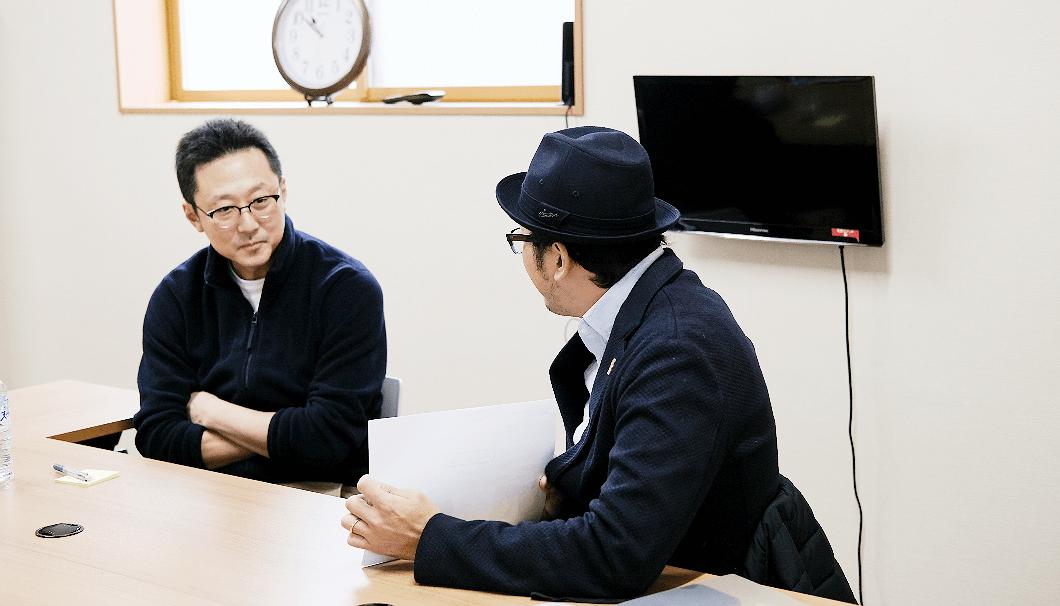 楯の川酒造の砥上将志さんが、佐藤淳平社長にプレぜンをしている写真