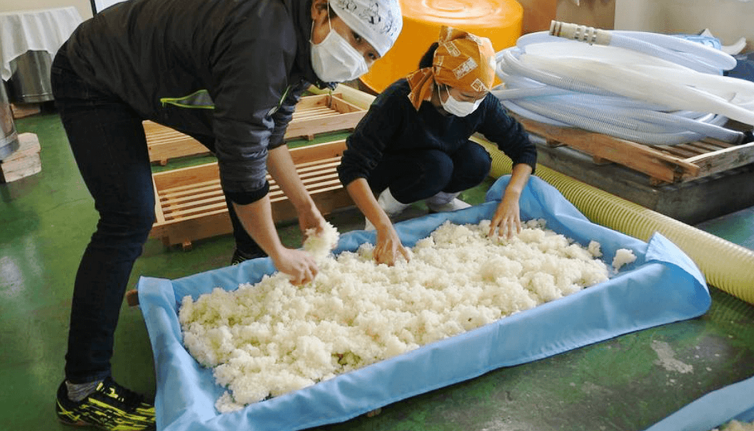 掛米をほぐしている写真