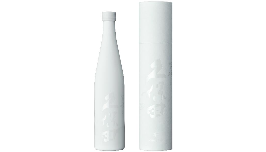 アウトドアで日本酒を楽しむ「爽醸 久保田 雪峰」の白いボトルと、白いケースが並んでいる写真