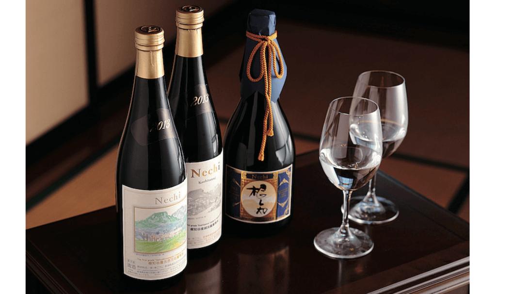 合名会社渡辺酒造店(新潟県糸魚川市)の日本酒『Nechi』などがグラスとともに並んでいる写真