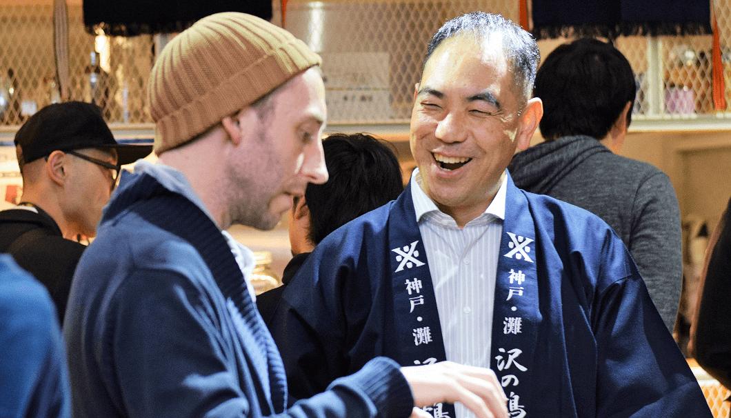 イベント参加者と談笑する牧野杜氏代行