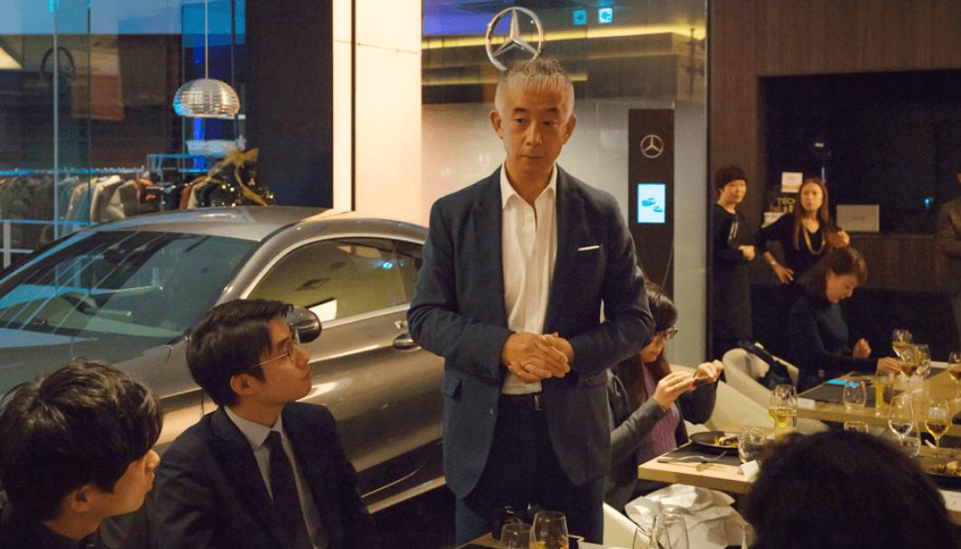桝田さんがお酒の紹介をしている写真