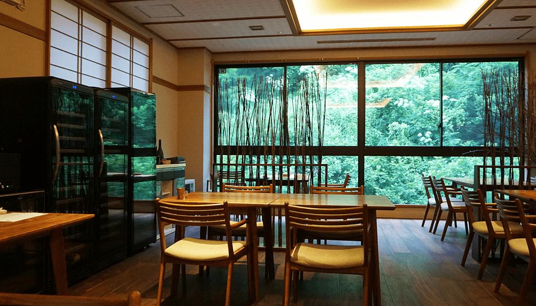 松之山温泉「酒の宿玉城屋」のダイニングスペース