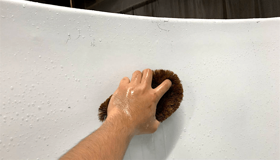 タンクをたわしで洗っている写真