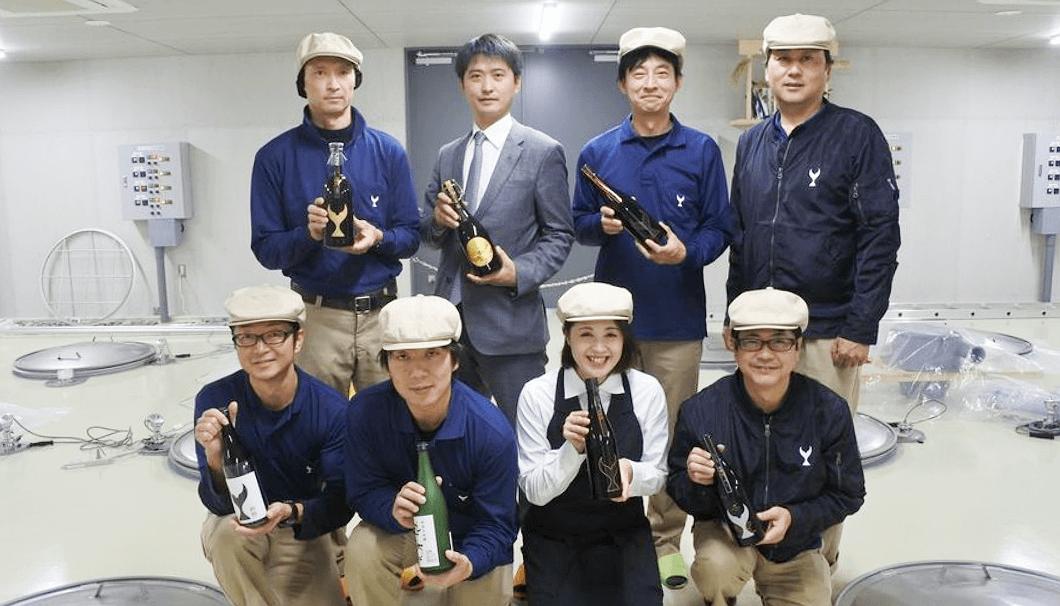 酔鯨酒造の大倉広邦社長と松本誠二杜氏、「土佐蔵」スタッフ