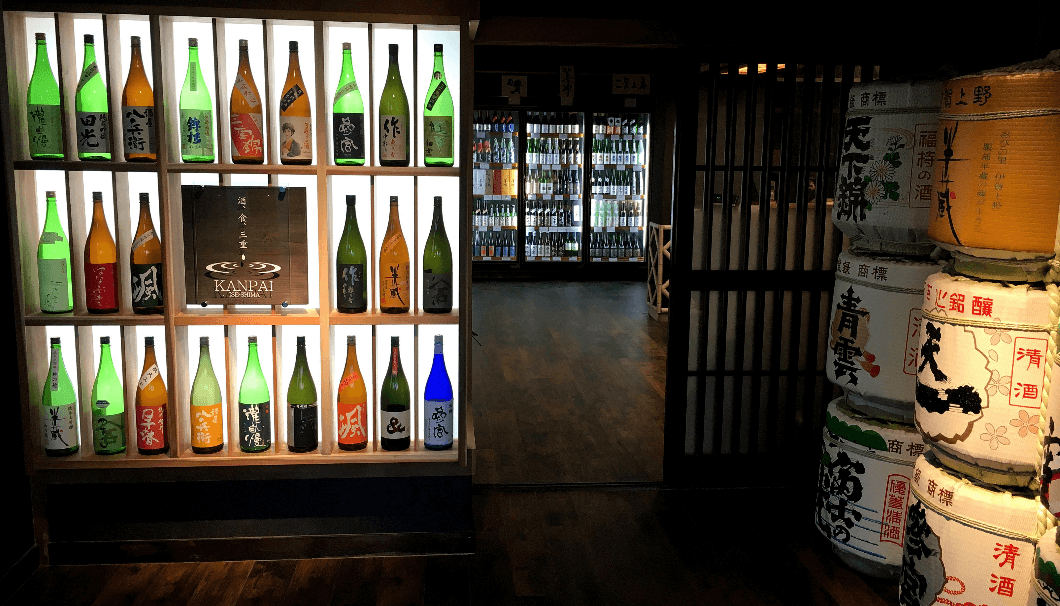 三重県の酒と食の専門店「KANPAI ISESHIMA 」の内観写真。冷蔵庫と酒樽が並ぶ店内