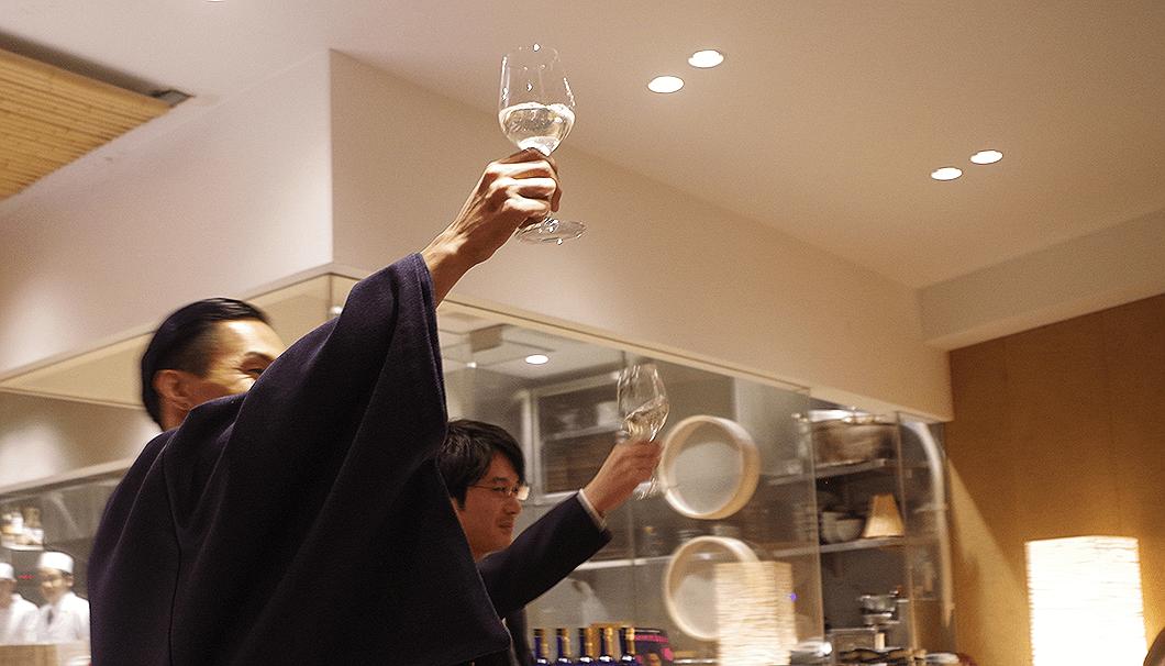 橘ケンチさんと新政酒造の代表・佐藤祐輔さんの乾杯